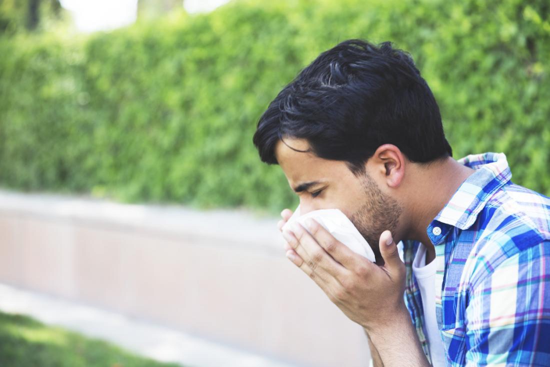 L'homme souffle le nez dehors