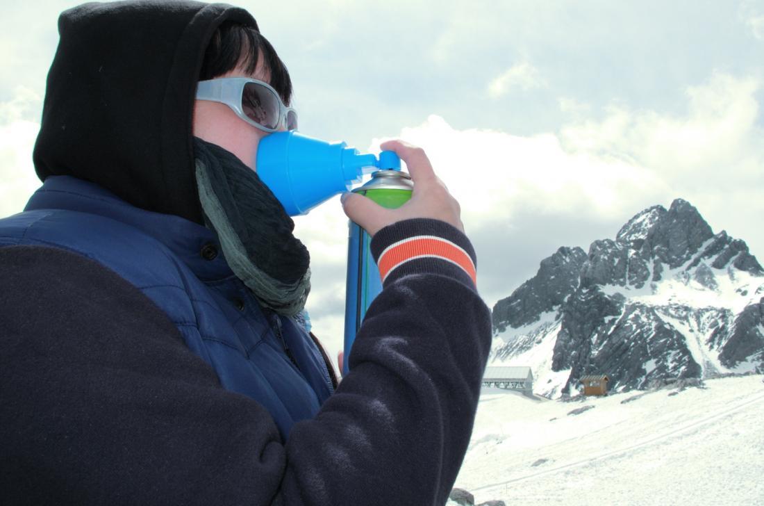 酸素マスクを使用して、雪山の標高病気の人。