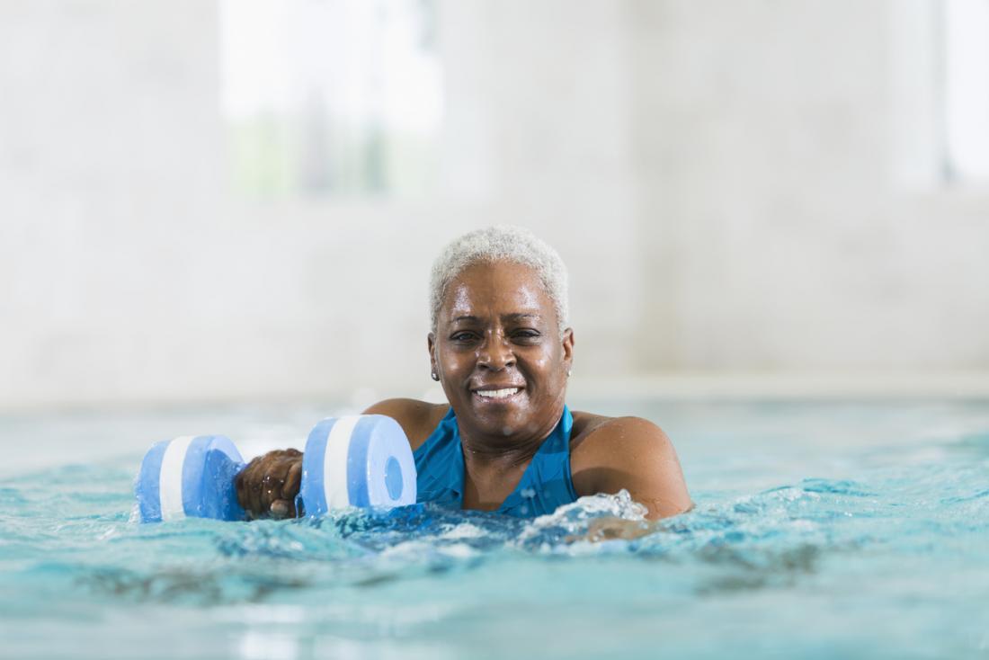 bà già làm thể dục nhịp điệu dưới nước