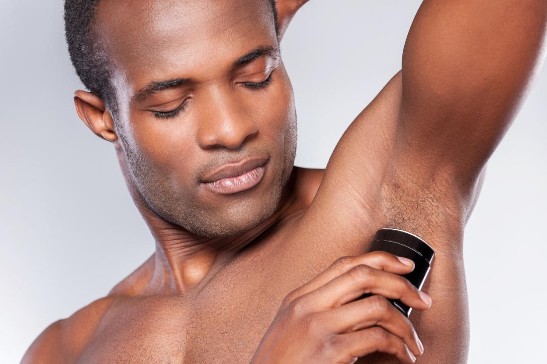 homem usando desodorante