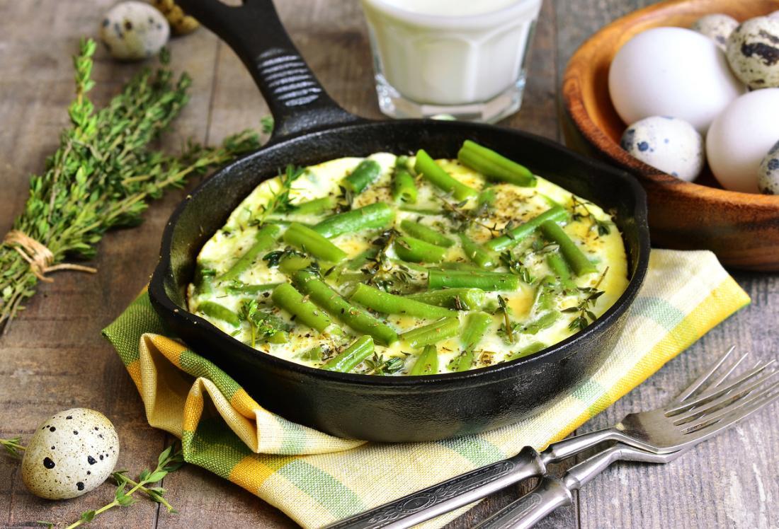 Spargel kann pur, in einem Omelett oder als Zutat in verschiedenen Gerichten gegessen werden.