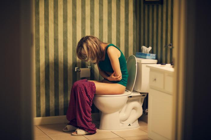Pani z infekcją pęcherza w toalecie
