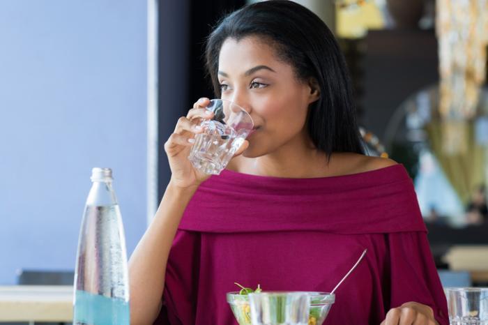 若い女性の飲料水