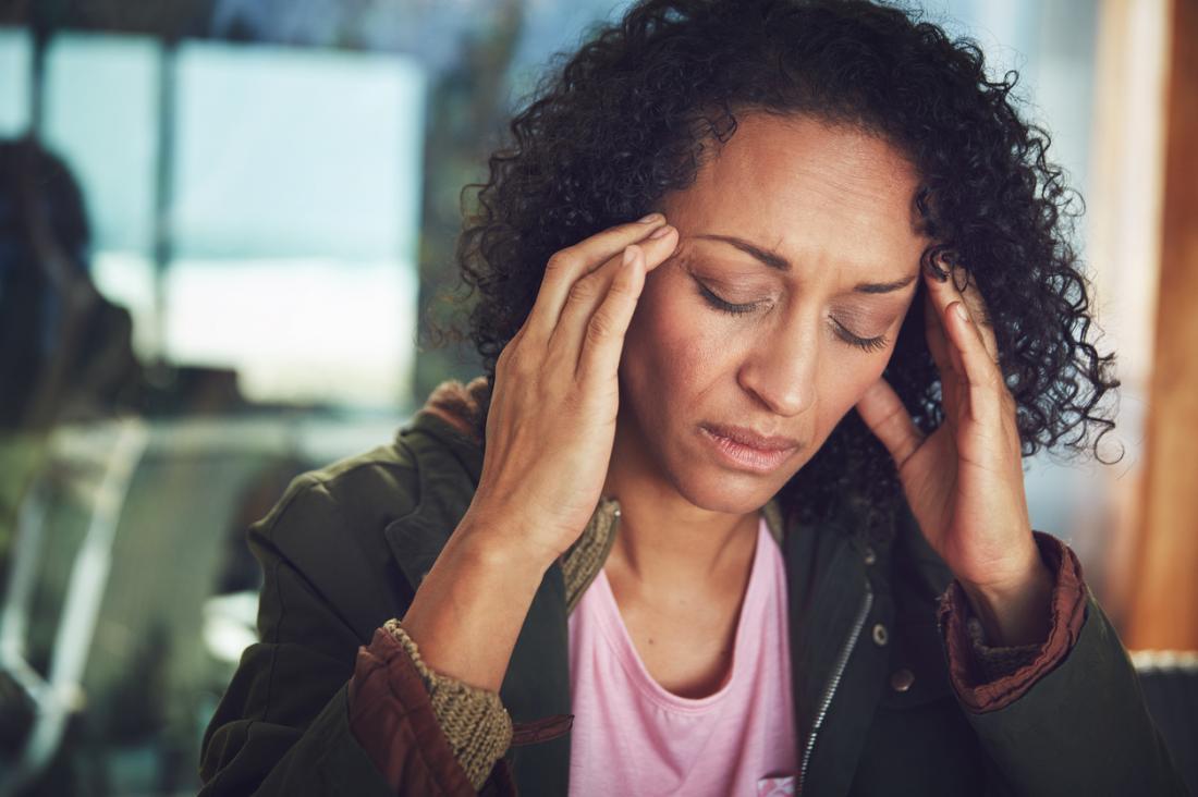 Donna con mal di testa emicrania.