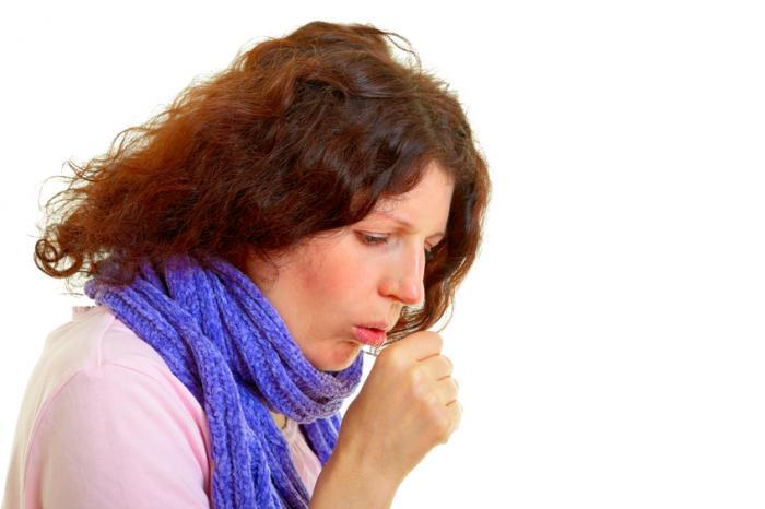 Una donna tossisce nel suo pugno destro