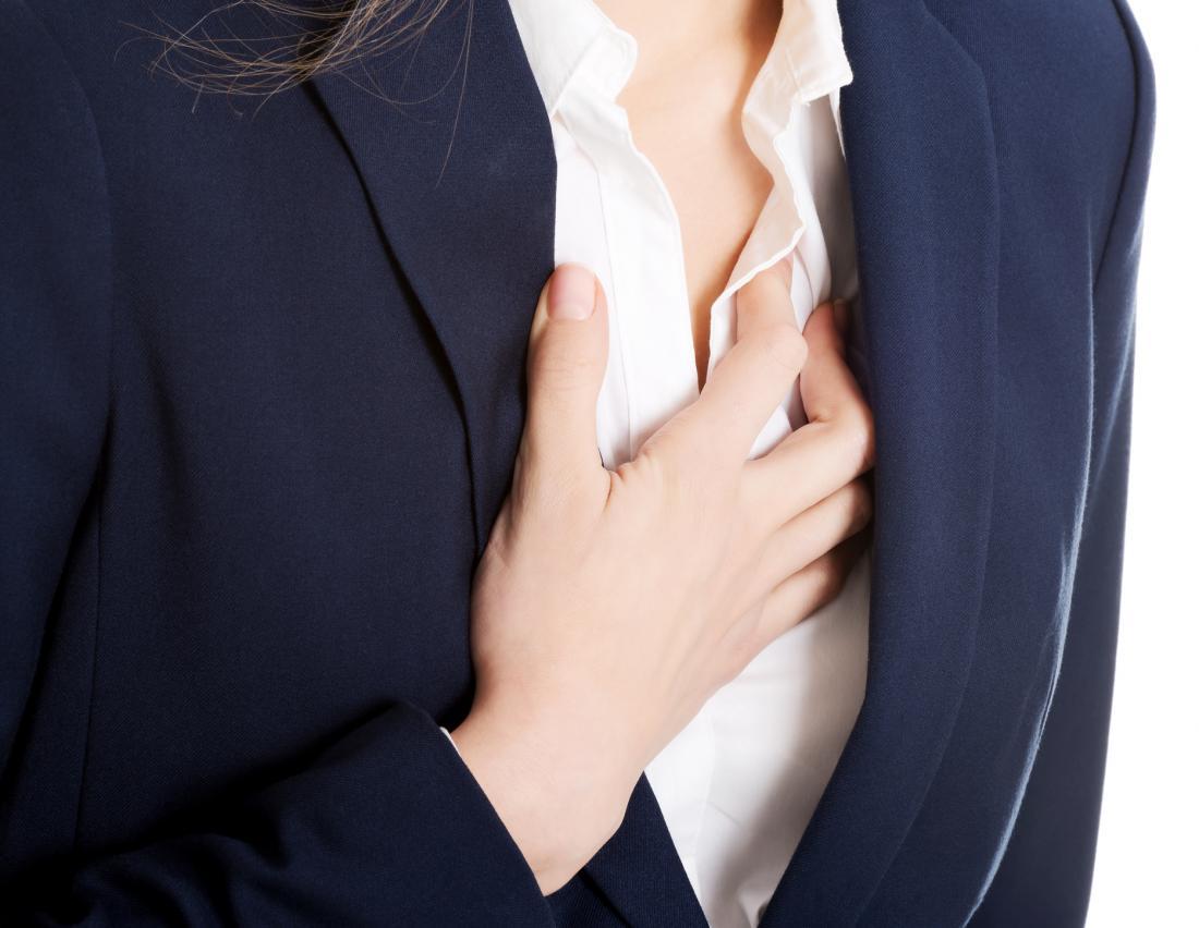 Frau hält die Brust