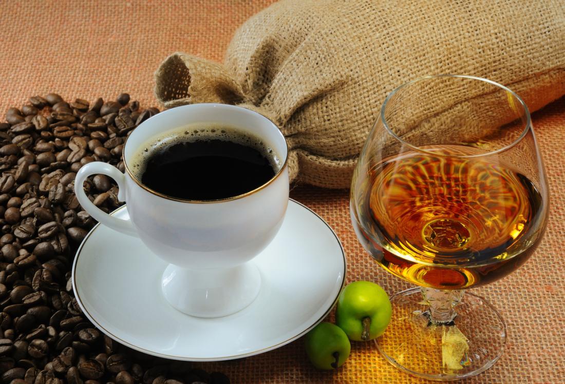 Tasse Kaffee und ein Glas Alkohol
