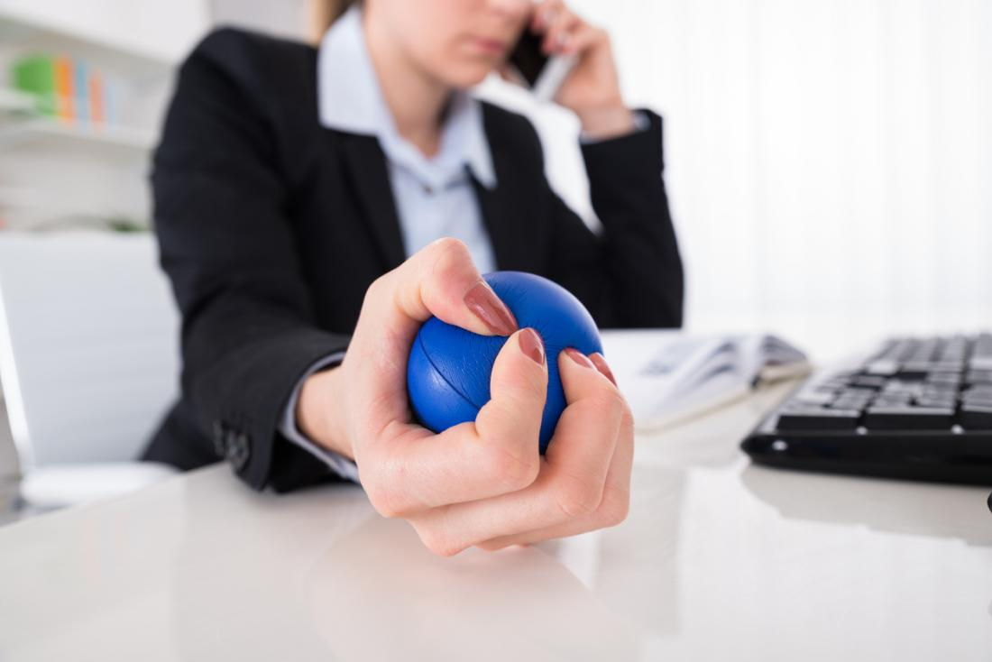 Dame bei der Arbeit, die stressball hält