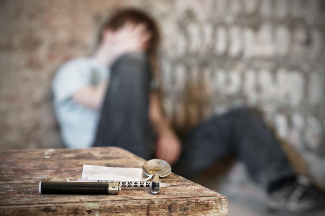 Homme flou après l'injection de drogues