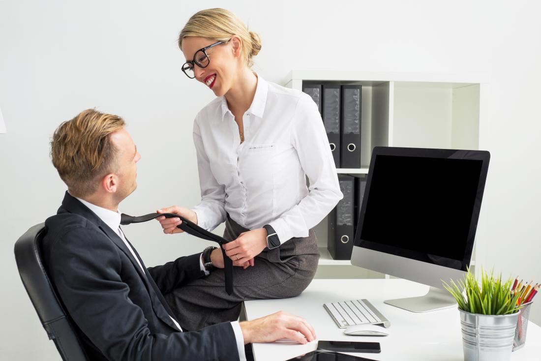 Femme flirter avec un collègue au bureau de travail