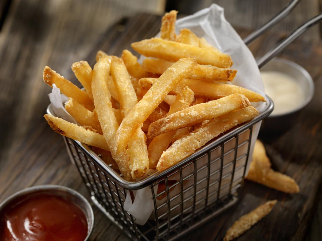 Нездравословната диета може да бъде причина за хиперлипидемия.