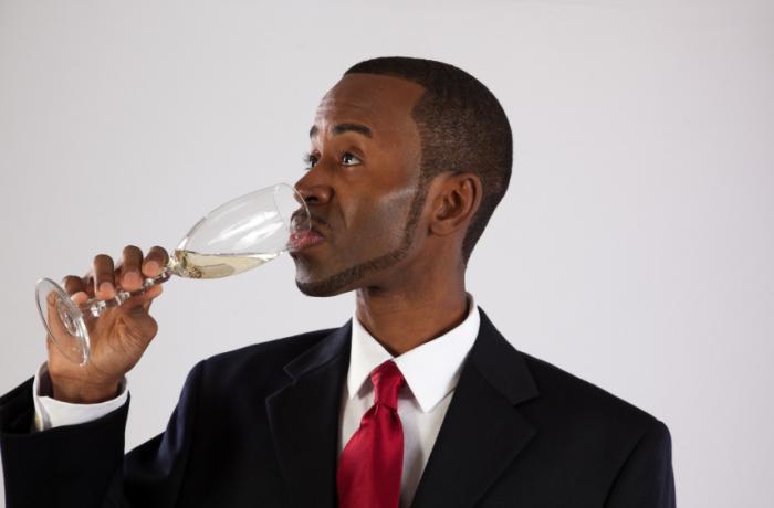 [Homem bebendo champanhe]
