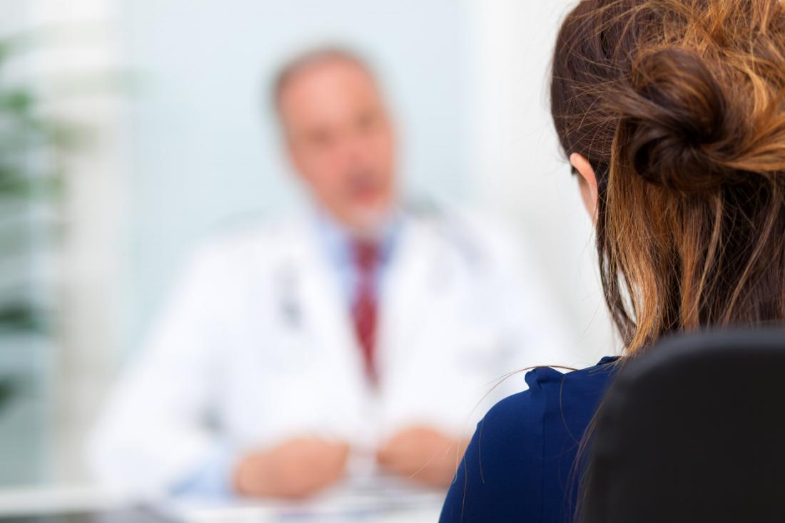 Един докторан в миналото говореше на пациент на преден план