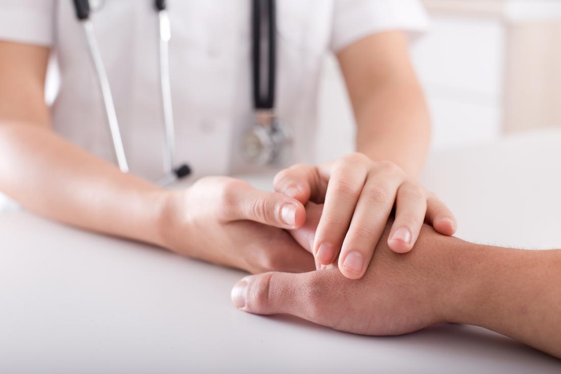 Infirmière inspectant la main du patient.
