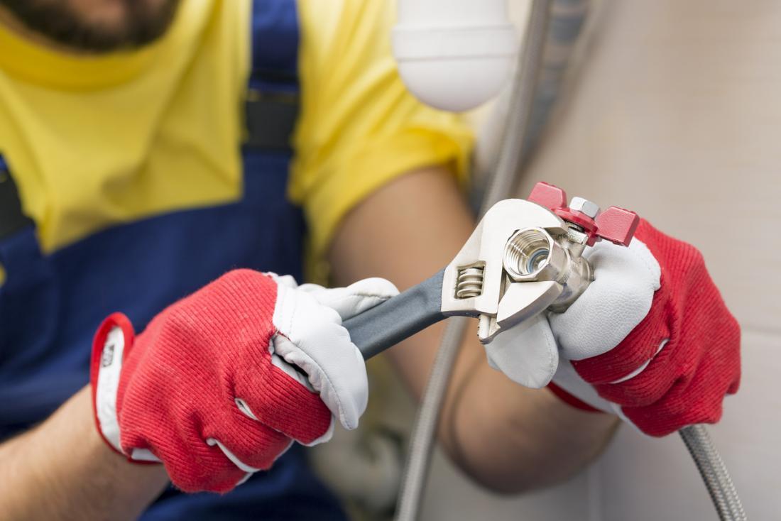 Le port de gants lors d'un travail manuel protège les mains et les ongles.