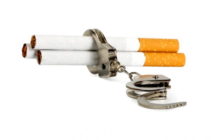 Des cigarettes piégées dans une paire de menottes.