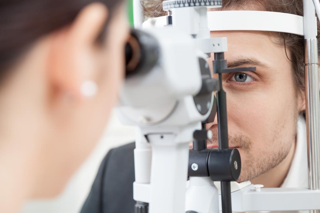 Mann, der Augenprüfung an den Optikern hat.