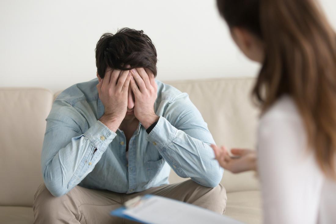 Un homme affligé rend visite à un psychothérapeute