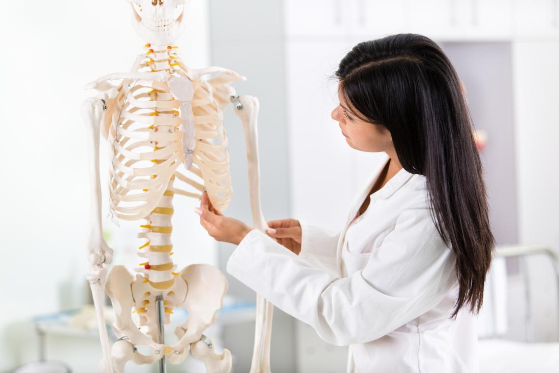 Студент с анатомичен скелет.