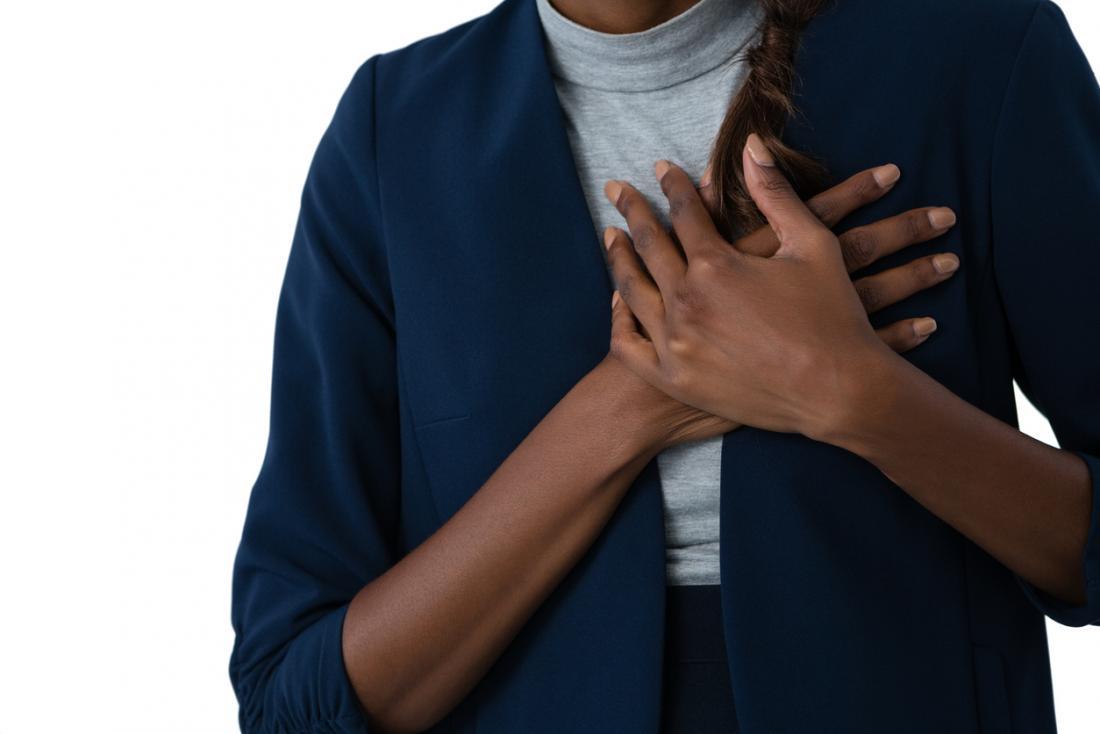 senhora segurando o peito