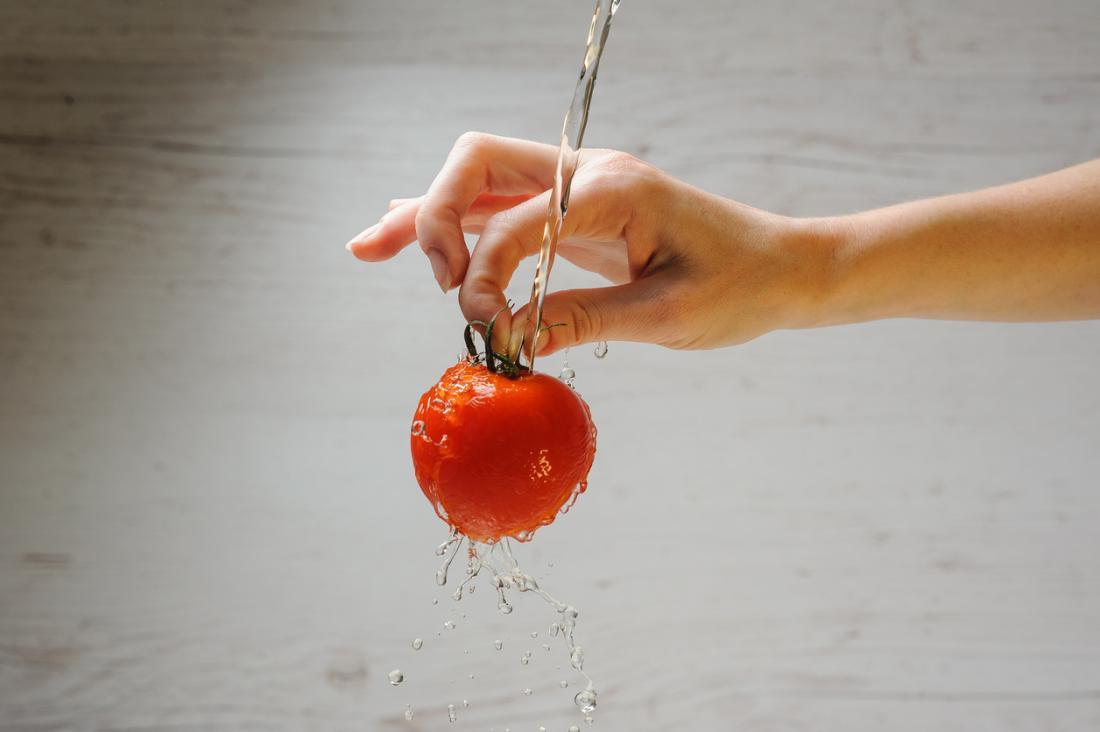 Lavare i pomodori prima di mangiare.
