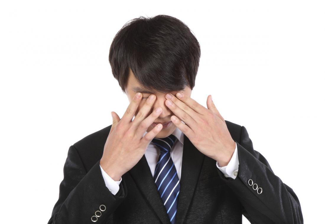 ağrılı gözleri olan adam