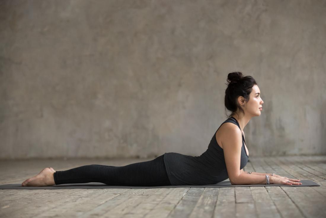 Posição de ioga Esfinge. pode ajudar com um nervo comprimido no quadril