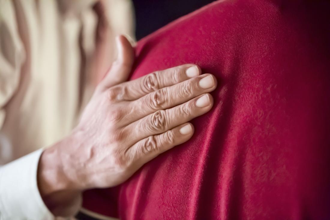 yên tâm tay trên lưng