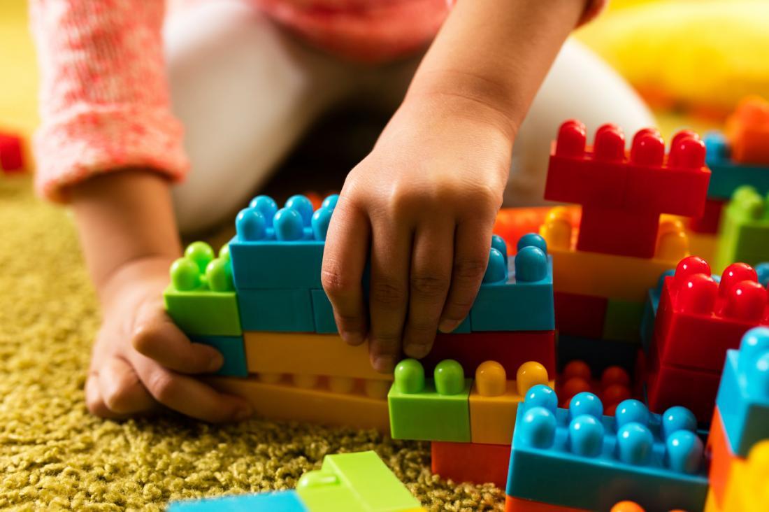 Enfant jouant avec des blocs.