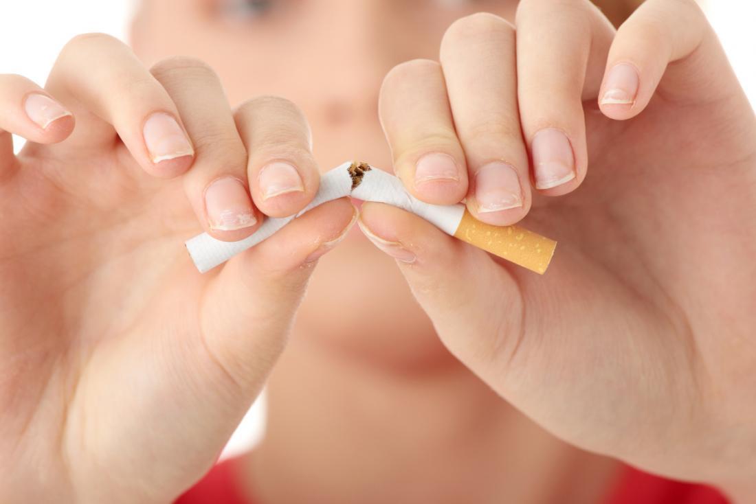 quebrando um cigarro ao meio