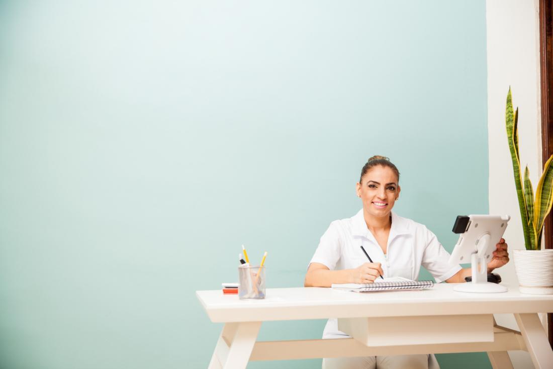 masażysta siedzi przy biurku