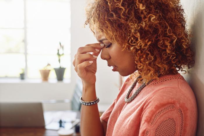 Người phụ nữ cầm cây cầu trên mũi. Căng thẳng và mệt mỏi