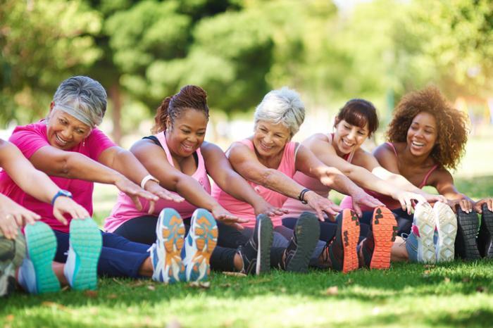 phụ nữ trải dài trong công viên