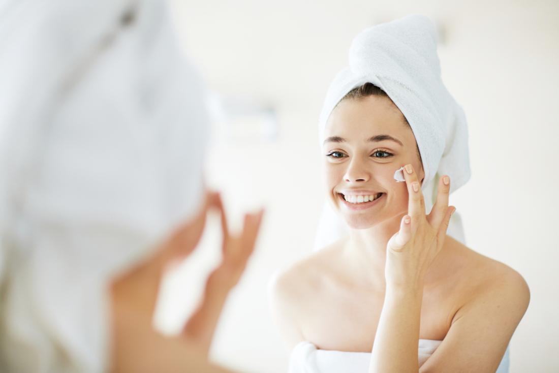 Жена поставяйки крем за лице