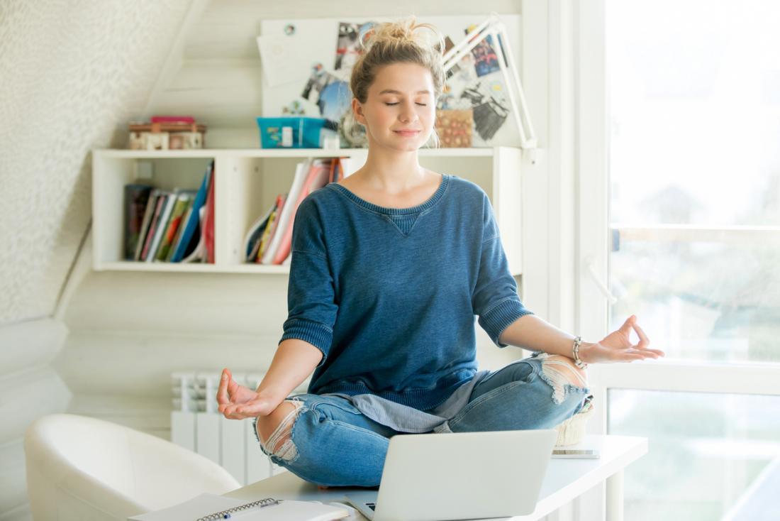 [Frauen üben Yoga auf einem Tisch]
