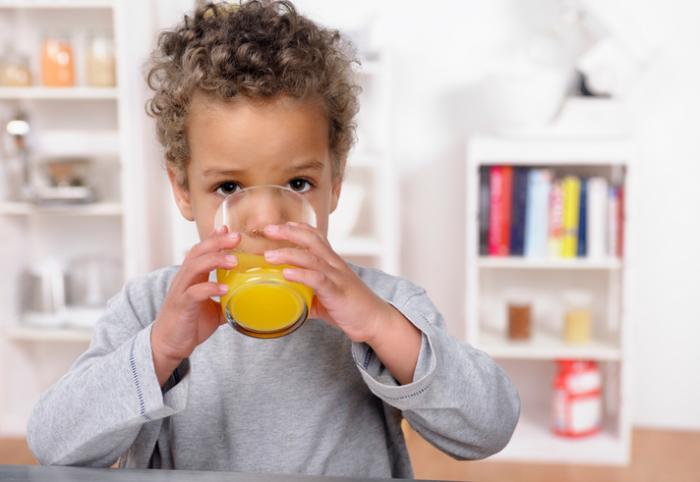 [幼児はフルーツジュースを飲む]