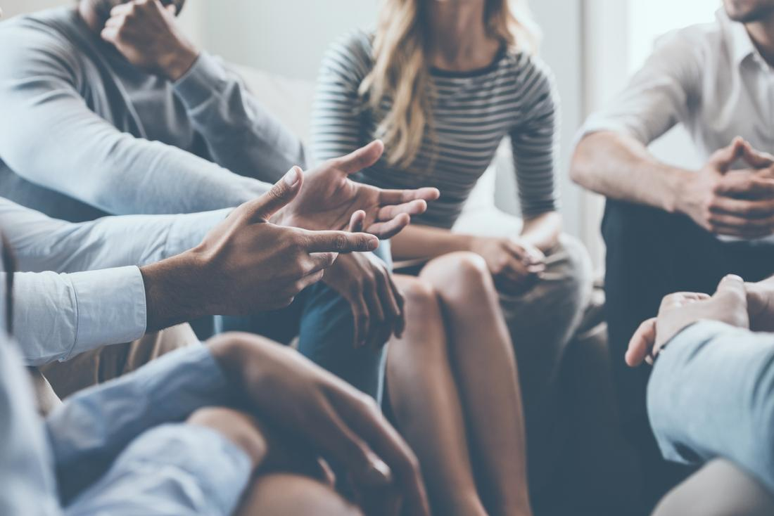 groupe de personnes à la réunion de soutien