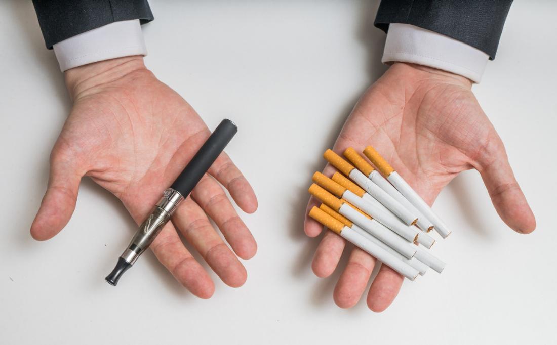 homme comparant e-cigarette et cigarettes