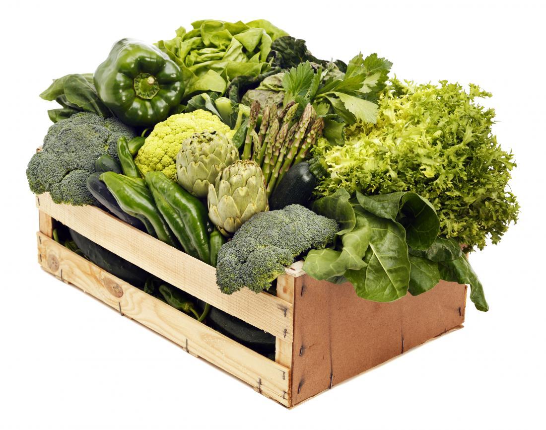 pudełko z zielonych warzyw liściastych