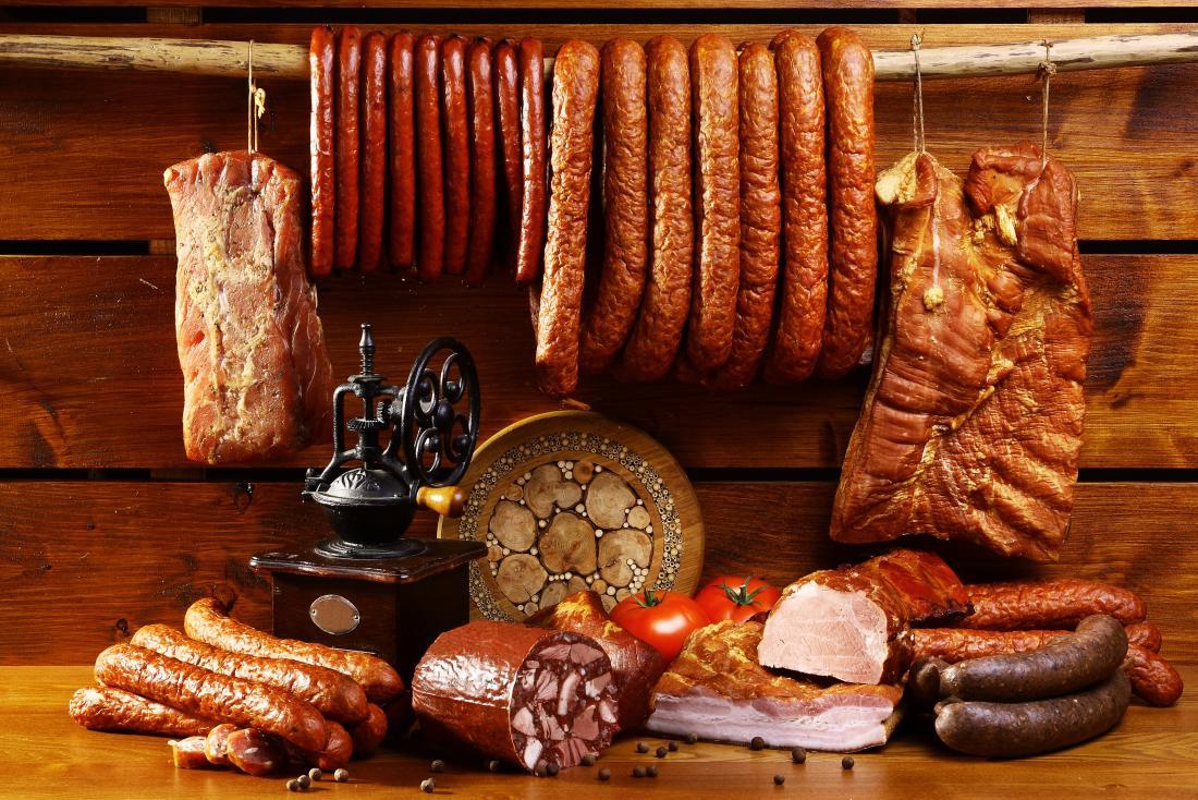 uma seleção de carnes processadas