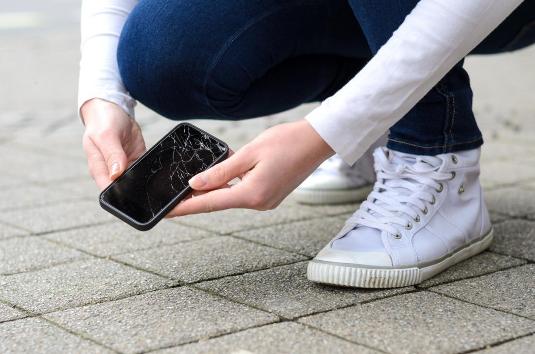 pani podnosi uszkodzony smartfona