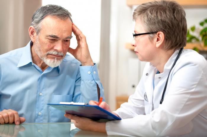 Docteur en discussion avec un homme plus âgé