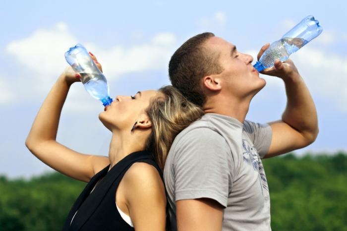 мъж и жена пиене вода навън