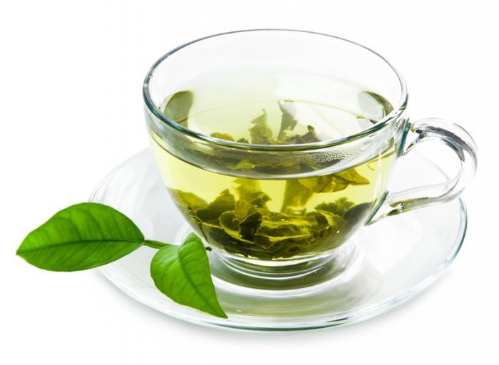 trà xanh trong một tách trà thủy tinh