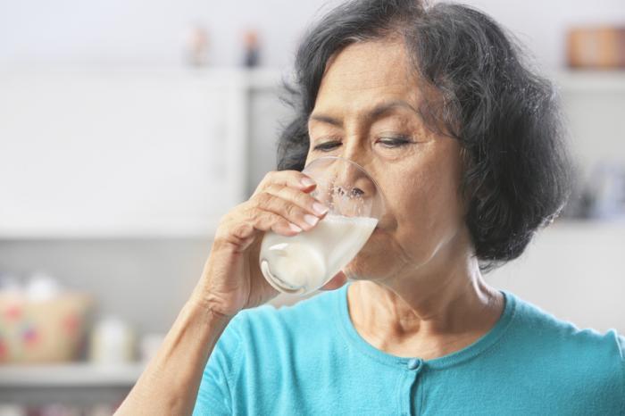 [phụ nữ uống sữa]