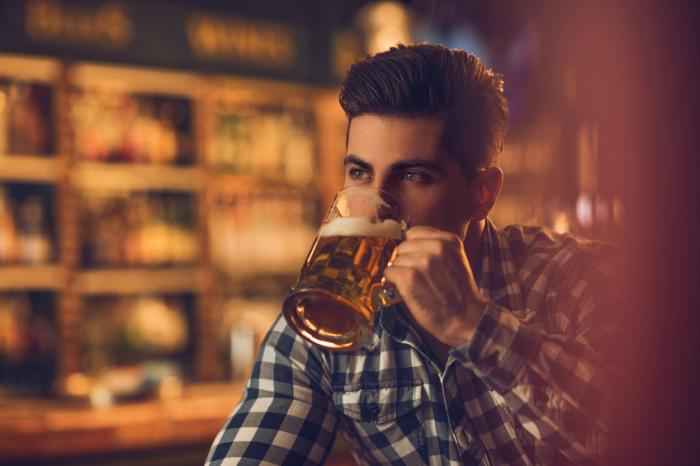 người đàn ông với bia]