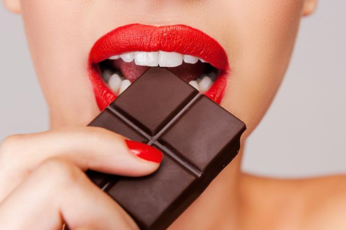 [Femme mangeant du chocolat]