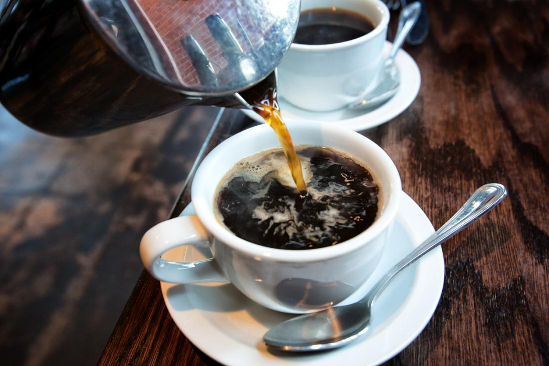 Kaffee wird in eine Tasse gegossen
