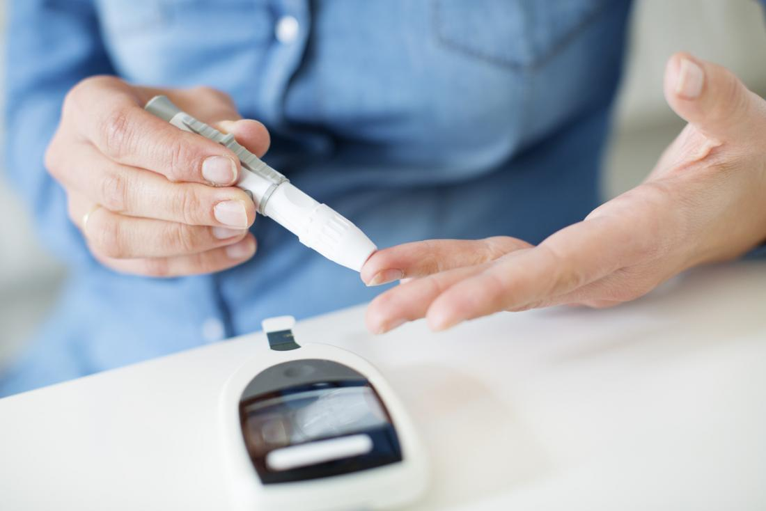 Mulher, medindo, sangue, açúcar, ou, insulino, níveis