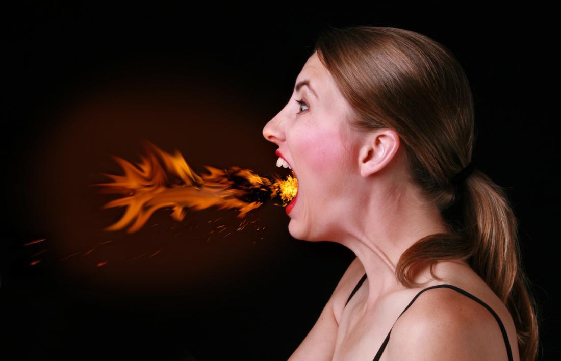 Frau mit dem Feuer, das aus ihren Mund herauskommt
